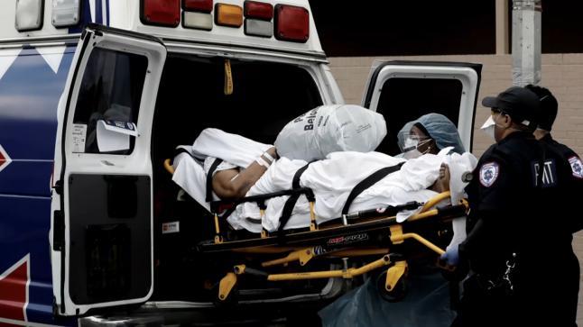 مسن إيطالي ينتظر العلاج من كورونا لمدة 3 أيام في سيارة إسعاف